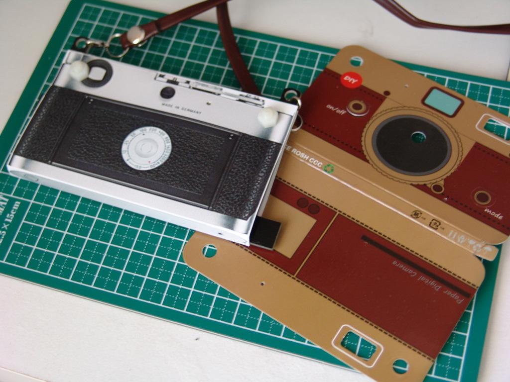 上海問屋のペーパーカメラを、Leica「風」に。_c0004568_23242415.jpg