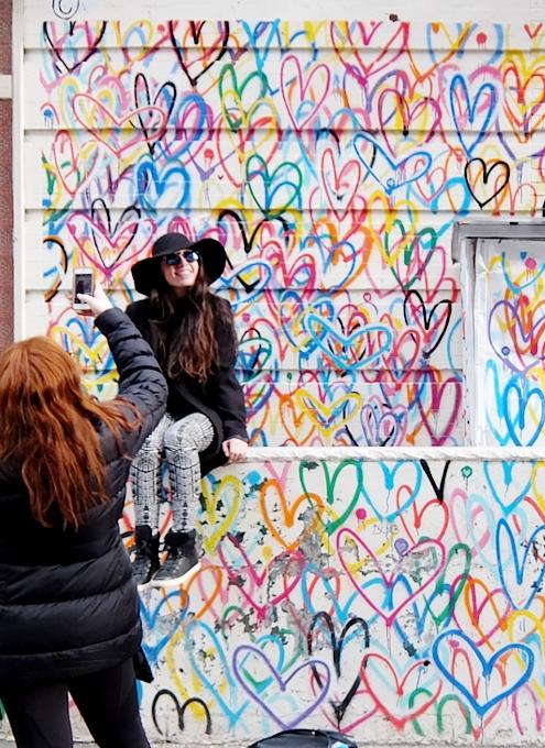 ハートいっぱいのNYの街角アート、「ラブ・ウォール」(Love Wall)by James Goldcrown_b0007805_22333553.jpg