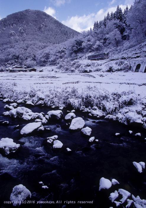 晴れ始めた雪の渓谷を_d0309612_1695385.jpg