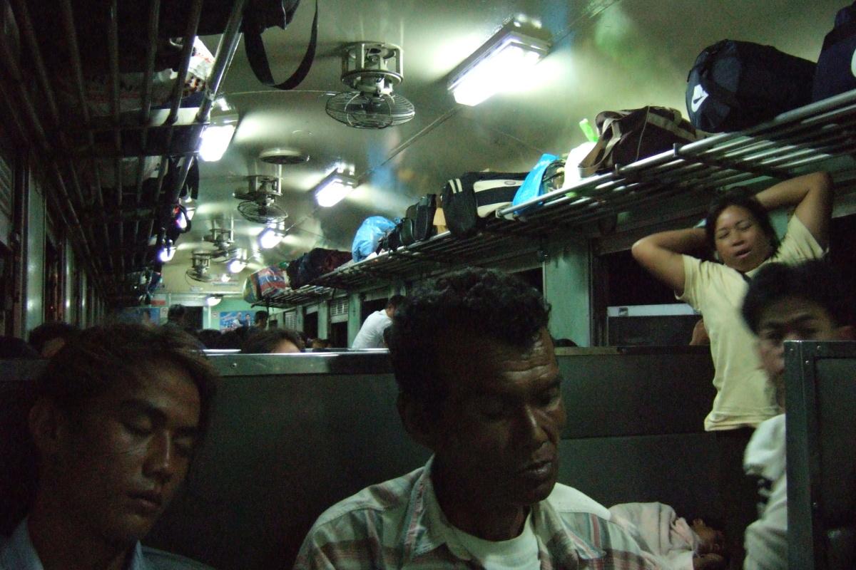 バンコク  ノーンカーイ行き三等車両の乗客たち_b0061717_10532773.jpg
