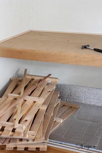 DIYでセルフリノベーション中の押入れ改造1 棚移動&壁紙貼り途中経過_f0023333_20334136.jpg