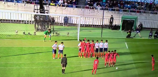 A Happy New Year New Trick Free Kick! :日本の高校サッカーFKに全世界が衝撃!_e0171614_822591.png