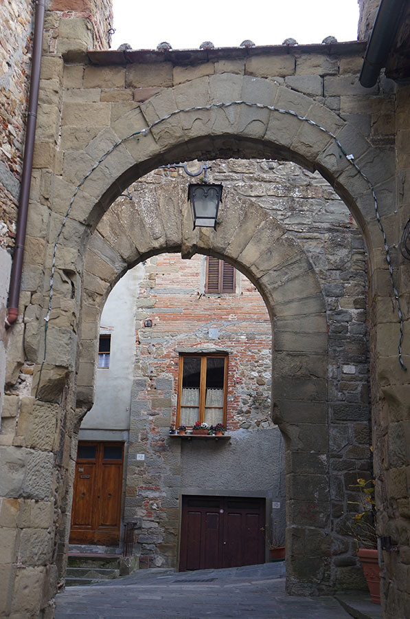 イタリアでもっとも美しい村の1つ、アンギアーリ_f0106597_06514276.jpg