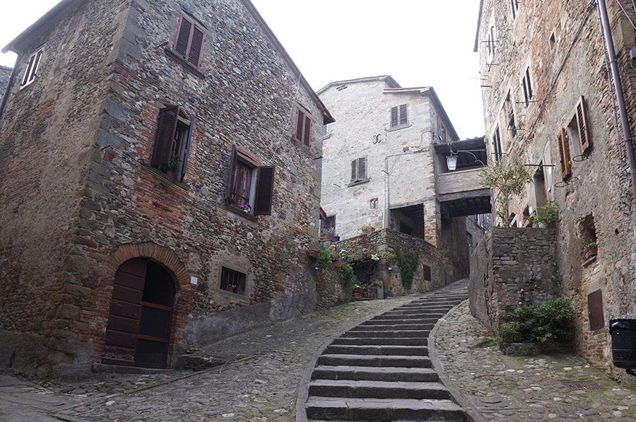 イタリアでもっとも美しい村の1つ、アンギアーリ_f0106597_06524890.jpg