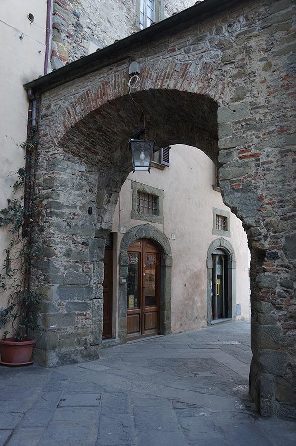 イタリアでもっとも美しい村の1つ、アンギアーリ_f0106597_06535928.jpg