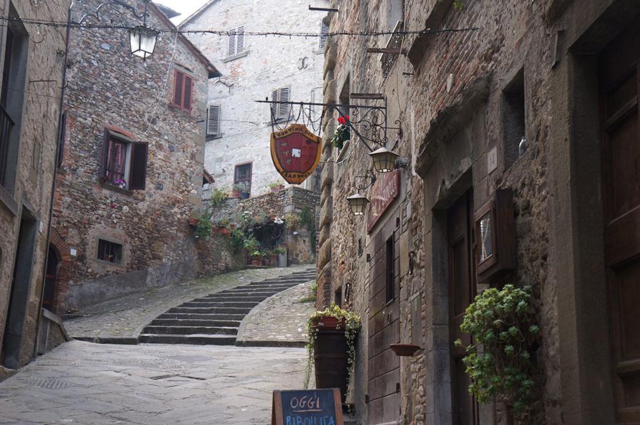 イタリアでもっとも美しい村の1つ、アンギアーリ_f0106597_06551002.jpg