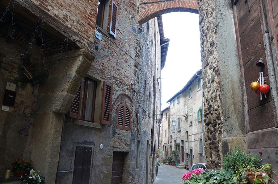 イタリアでもっとも美しい村の1つ、アンギアーリ_f0106597_07010270.jpg