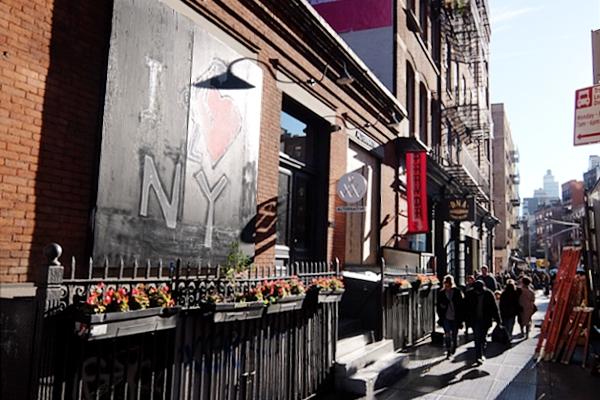 ニューヨーク、ノリータの風情たっぷりな街角風景_b0007805_10554464.jpg