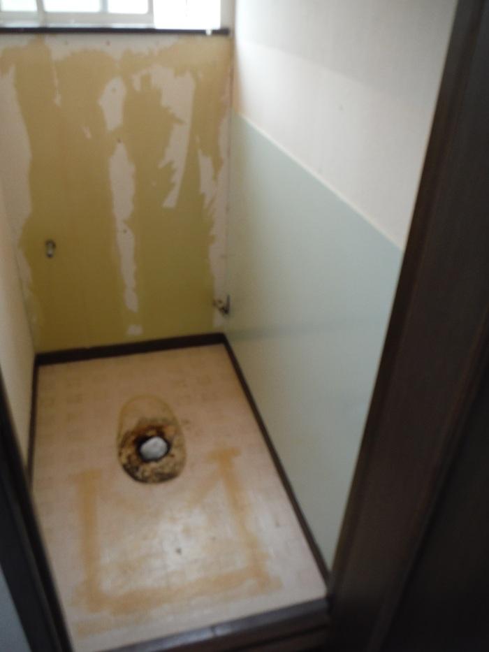 トイレと窓のリフォーム ~ 壁、天井の内装_d0165368_2345298.jpg