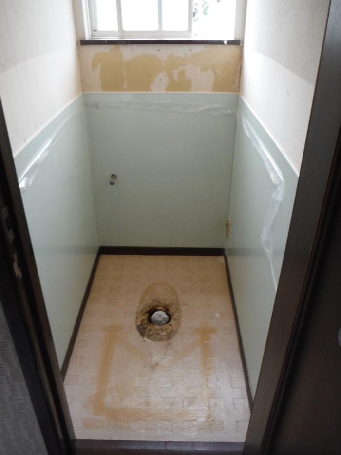 トイレと窓のリフォーム ~ 壁、天井の内装_d0165368_235513.jpg