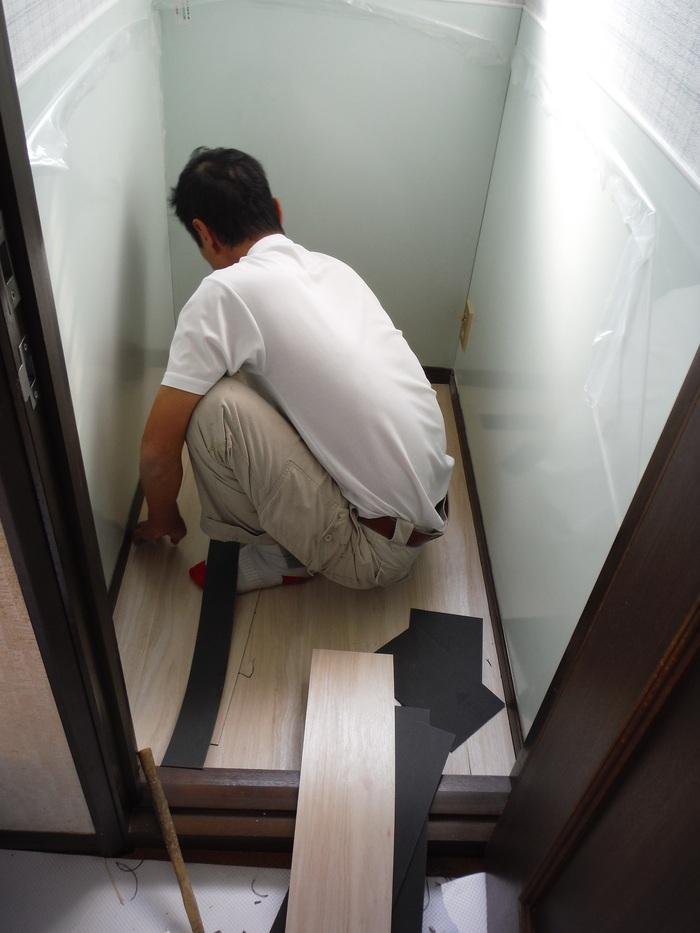トイレと窓のリフォーム ~ 床の内装_d0165368_444084.jpg