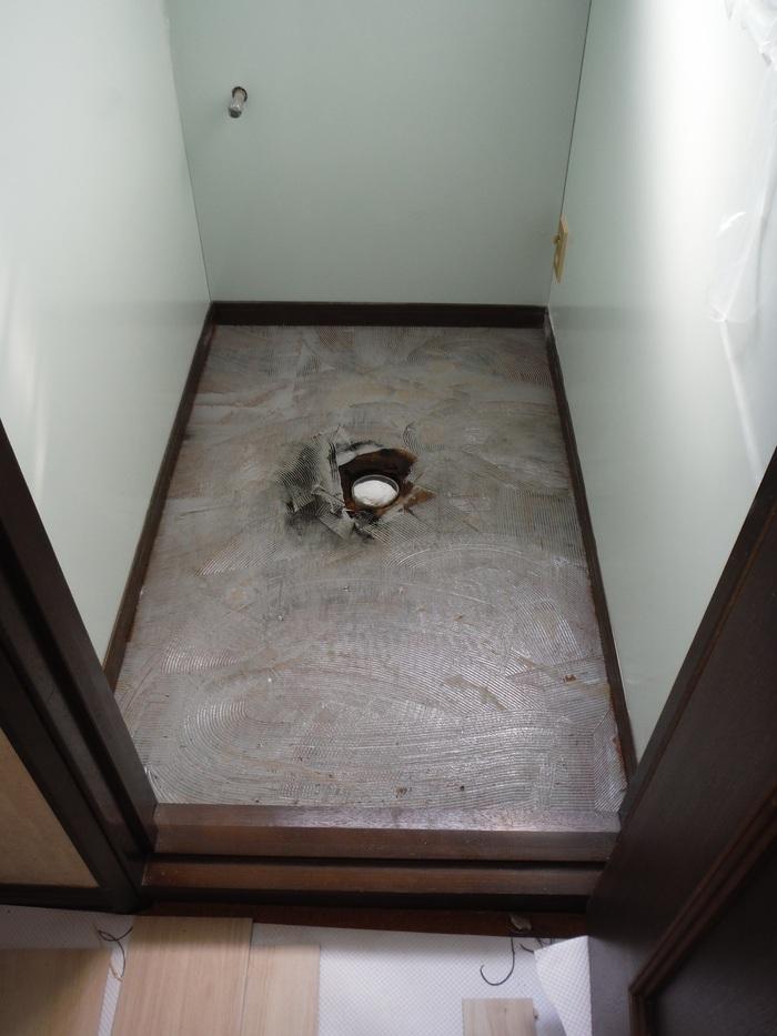 トイレと窓のリフォーム ~ 床の内装_d0165368_445681.jpg