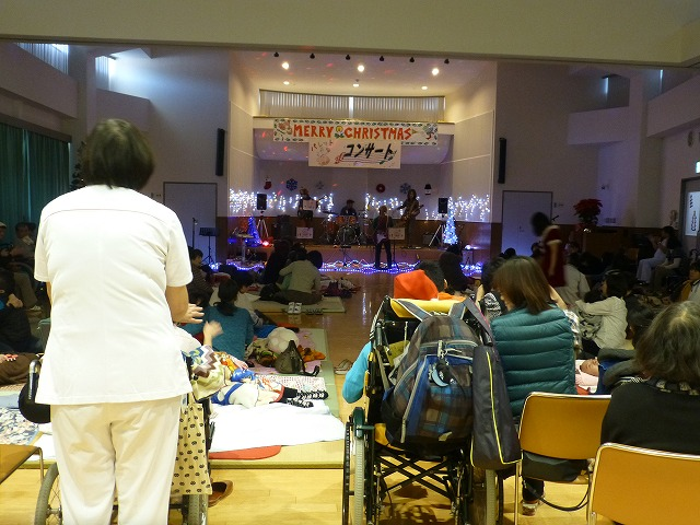 12月18日、久山療育園、東医療センターで、クリスマスライブでした♪_e0188087_16411053.jpg