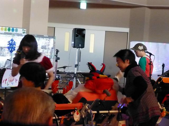 12月18日、久山療育園、東医療センターで、クリスマスライブでした♪_e0188087_2213091.jpg