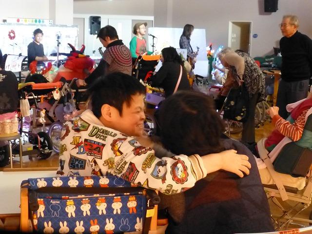 12月18日、久山療育園、東医療センターで、クリスマスライブでした♪_e0188087_2215160.jpg
