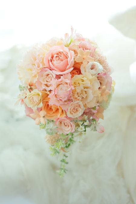 セミキャスケードブーケ アニヴェルセル豊洲様へ オレンジのバラ、柔らかに_a0042928_11511469.jpg