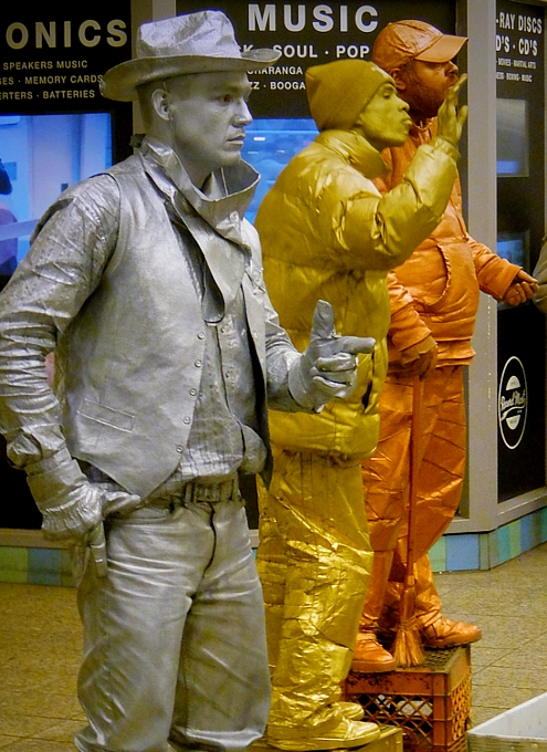 NYのタイムズ・スクエア駅で遭遇した3人組みのリビング・スタチュー・パフォーマーさん_b0007805_0435340.jpg
