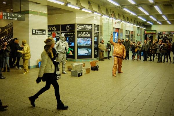NYのタイムズ・スクエア駅で遭遇した3人組みのリビング・スタチュー・パフォーマーさん_b0007805_0454491.jpg