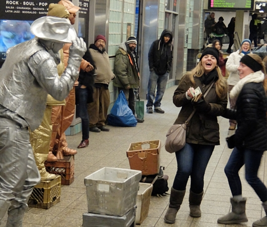 NYのタイムズ・スクエア駅で遭遇した3人組みのリビング・スタチュー・パフォーマーさん_b0007805_134336.jpg