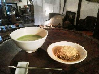 信楽の蓋付茶碗で抹茶とくずもち_e0350308_7523259.jpg