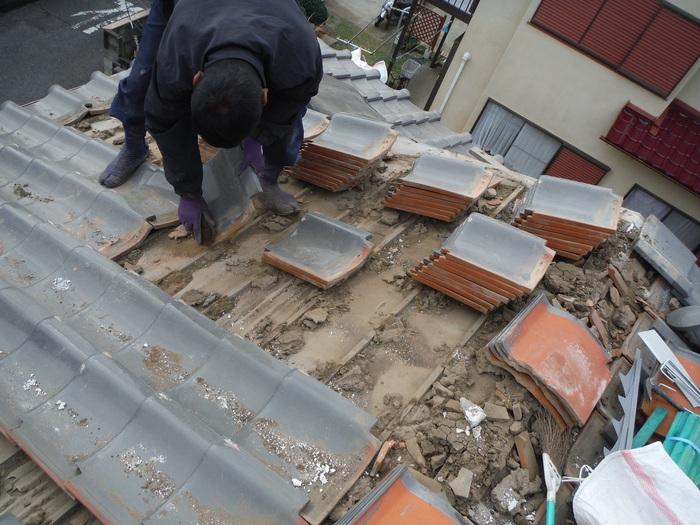 屋根瓦葺き直し ~ 瓦を掃除しながらの剥がし_d0165368_862549.jpg