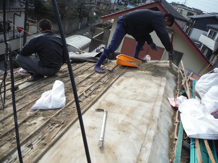 屋根瓦葺き直し ~ 瓦を掃除しながらの剥がし_d0165368_865948.jpg