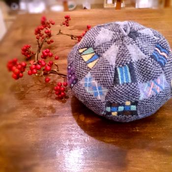 線や面を組み合わせて作る、羊毛刺しゅうのニット帽子_d0055515_12251162.jpg