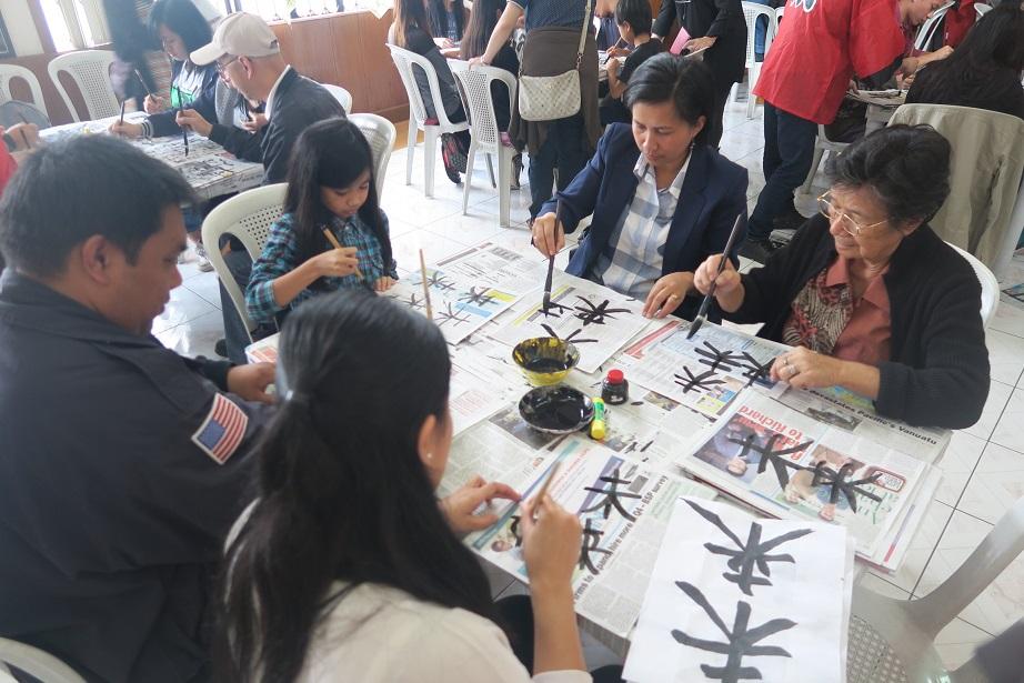 バギオ市で「書き初め大会」: 今年は一般にも公開で大盛況_a0109542_14471644.jpg