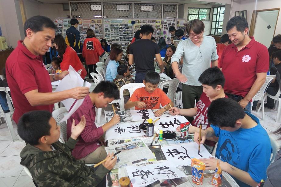 バギオ市で「書き初め大会」: 今年は一般にも公開で大盛況_a0109542_1453845.jpg