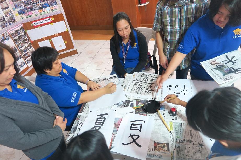 バギオ市で「書き初め大会」: 今年は一般にも公開で大盛況_a0109542_14564538.jpg