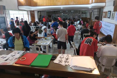 バギオ市で「書き初め大会」: 今年は一般にも公開で大盛況_a0109542_1492132.jpg