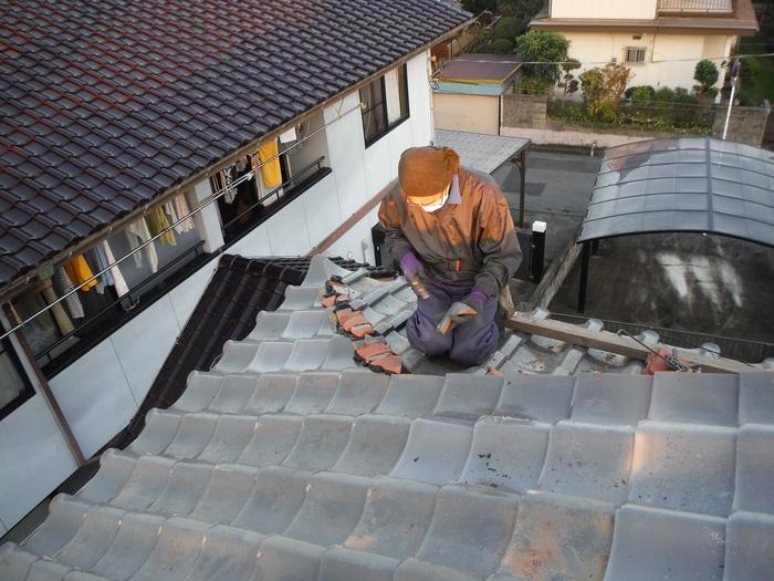 屋根瓦葺き直し ~ 棟を仕上げて2階屋根終了です。_d0165368_4394610.jpg