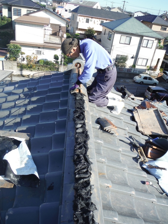屋根瓦葺き直し ~ 棟を仕上げて2階屋根終了です。_d0165368_4401431.jpg