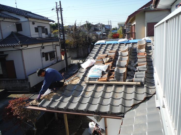屋根瓦葺き直し ~ 1階屋根工事開始です。_d0165368_4453722.jpg