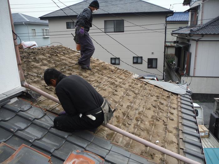 屋根瓦葺き直し ~ 1階屋根工事開始です。_d0165368_4455998.jpg