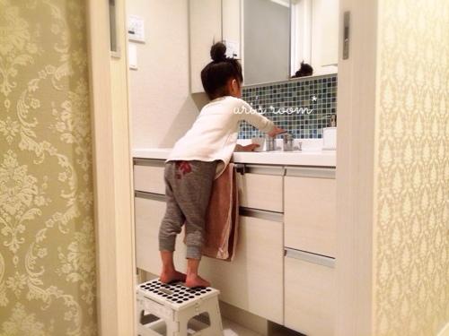 洗面所。朝、家族みんなが使う洗面タオル!…と、子供用の踏み台。_a0341288_17272113.jpg