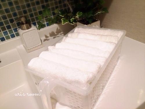 洗面所。朝、家族みんなが使う洗面タオル!…と、子供用の踏み台。_a0341288_17272122.jpg