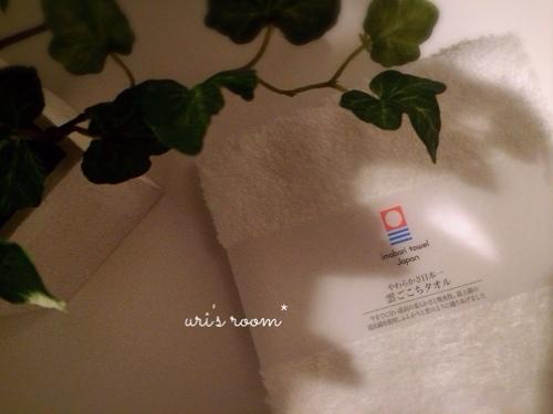 洗面所。朝、家族みんなが使う洗面タオル!…と、子供用の踏み台。_a0341288_17272152.jpg