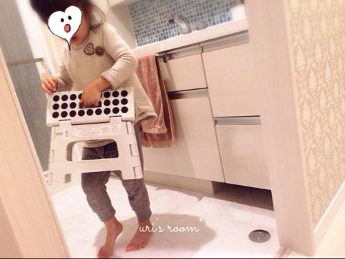 洗面所。朝、家族みんなが使う洗面タオル!…と、子供用の踏み台。_a0341288_17272186.jpg