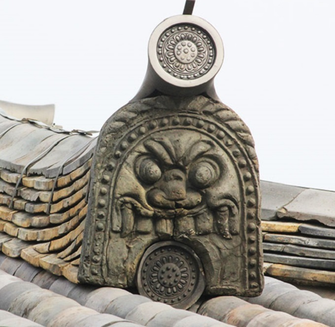 威厳に欠ける新薬師寺の鬼瓦_f0346196_15583940.jpg