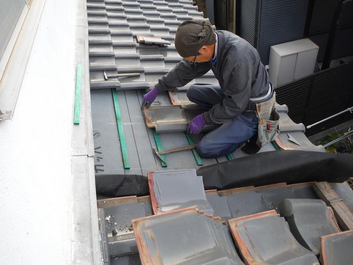 屋根瓦葺き直し ~ 1階屋根続きです。_d0165368_792460.jpg