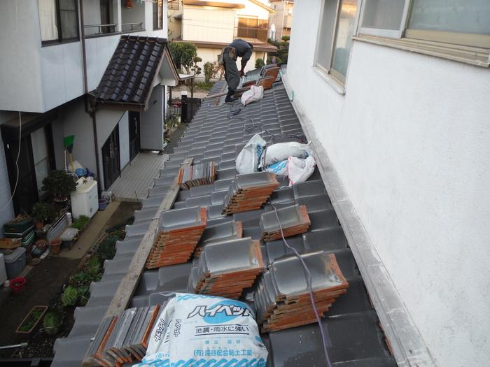屋根瓦葺き直し ~ 1階屋根続きです。_d0165368_79418.jpg