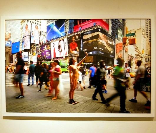 ニューヨークの街角でのフルヌードのセルフ・ポートレート写真展、Nue York by Erica Simone_b0007805_6373744.jpg