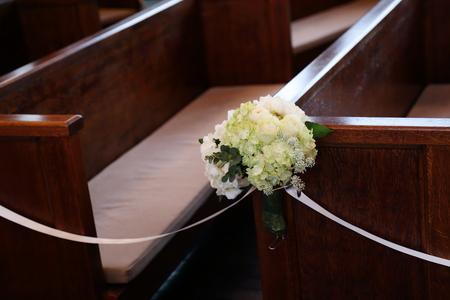 挙式装花 高輪教会様へ ワンピースのドレスのブーケと、冬の日の装花_a0042928_19563095.jpg