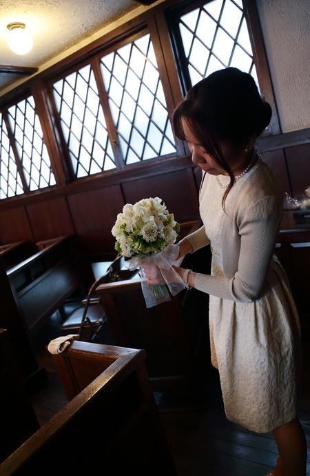 挙式装花 高輪教会様へ ワンピースのドレスのブーケと、冬の日の装花_a0042928_19571887.jpg