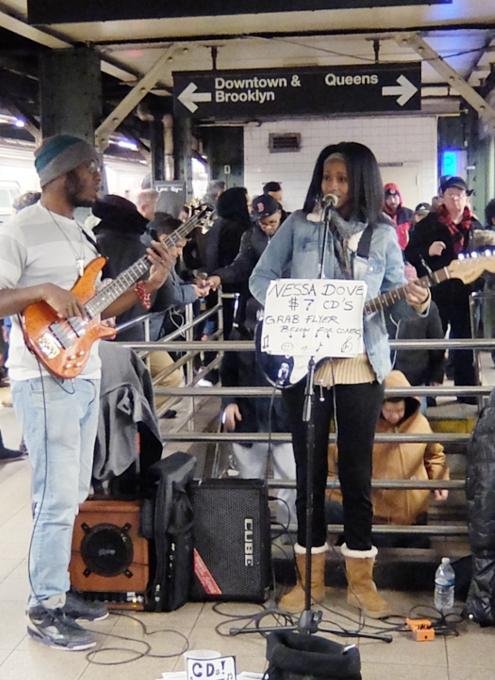 NYの地下鉄でビートルズのCome Togetherを弾き語りするロック女子_b0007805_3143479.jpg