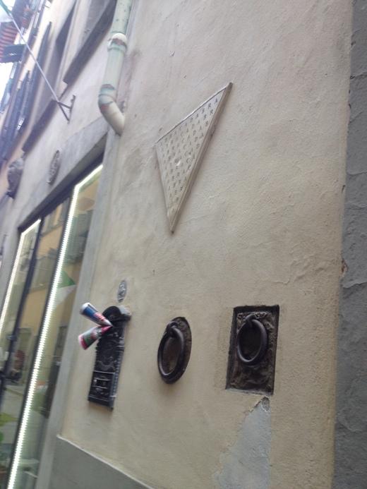 フィレンツェの街中に不思議な呪文_a0136671_036252.jpg