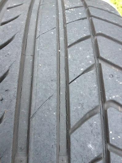 タイヤのひび割れ_d0040132_21093516.jpg