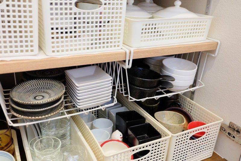 お悩み解決アイテム!100均ワイヤーバスケットで、食器棚のスペースをかしこく活用!