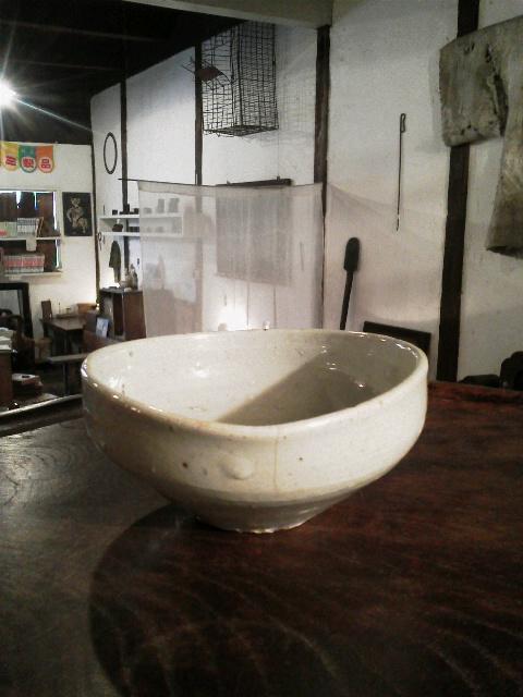 李朝のやや変形した碗 + かわいそうなふくすけ_e0350308_82142.jpg